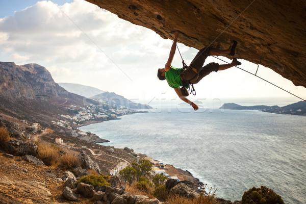 Masculino escalada rocha belo ver costa Foto stock © photobac