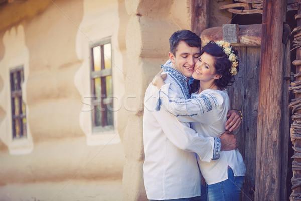 Casal em pé entrada rural casa Foto stock © photobac
