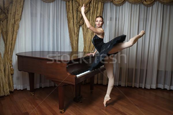 Balerin siyah ayakta kuyruklu piyano ev sanat Stok fotoğraf © photobac