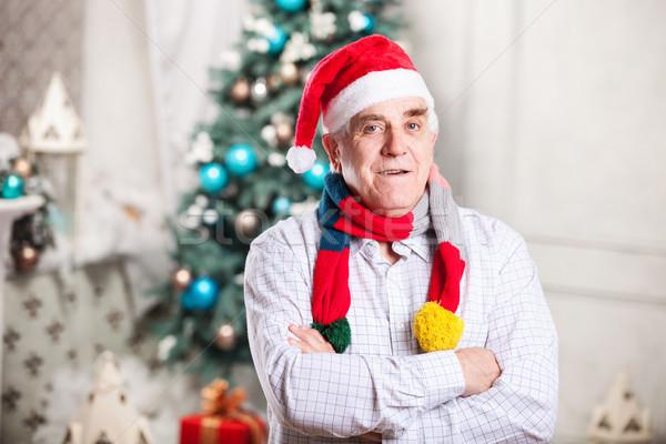 Portret dojrzały mężczyzna hat jasne szalik stałego Zdjęcia stock © photobac
