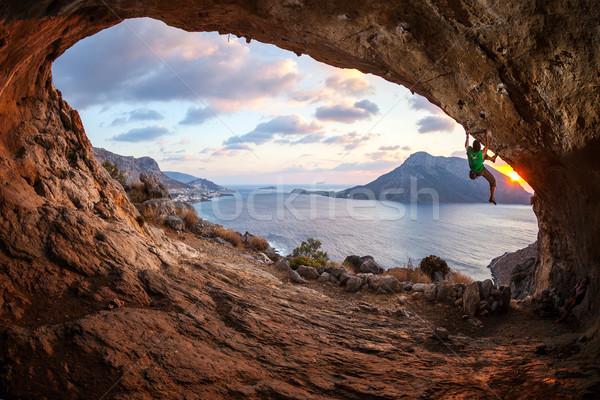 Masculino rocha escalada telhado caverna pôr do sol Foto stock © photobac