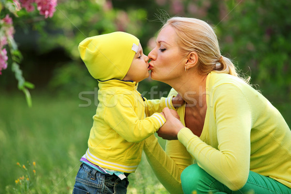 Pequeno menino beijando mãe ao ar livre jovem Foto stock © photobac