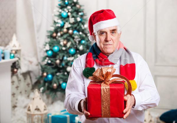Idős férfi ajándék doboz karácsony tart piros Stock fotó © photobac