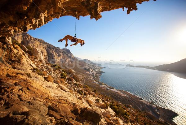 Vrouwelijke rock opknoping touw klif mislukte Stockfoto © photobac