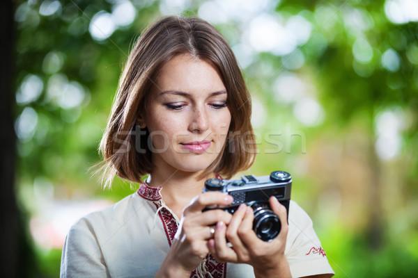 Mulher jovem olhando tela retro câmera estilo retro Foto stock © photobac