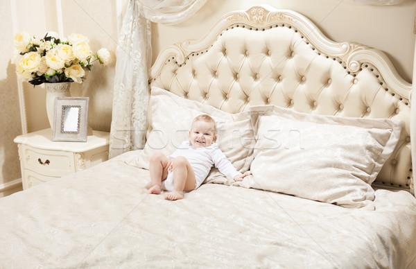 Foto stock: Pequeno · menino · cama · casa · sorridente · quarto