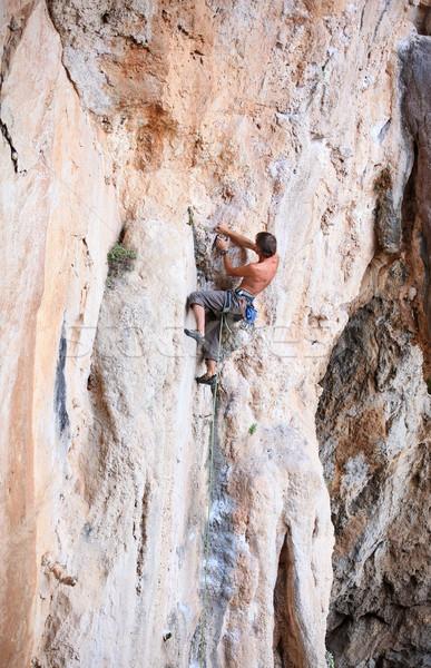 Rock klif jonge mannelijke man muur Stockfoto © photobac