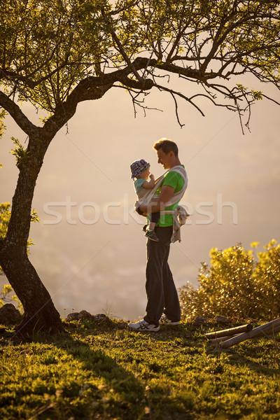 Apa hordoz fiú csúzli kint család Stock fotó © photobac