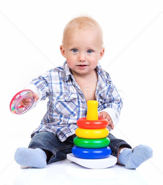 Sevimli küçük erkek oynama piramit oyuncak Stok fotoğraf © photobac