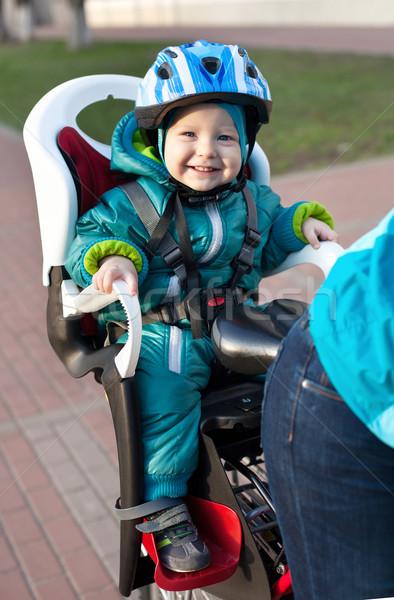 Küçük erkek koltuk bisiklet arkasında anne Stok fotoğraf © photobac