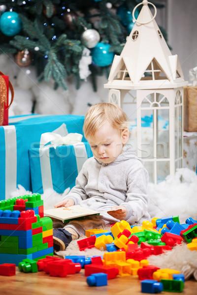 Cute jongen vergadering kerstboom boek Stockfoto © photobac