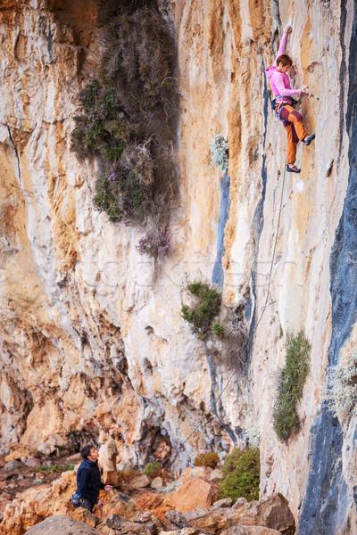 Сток-фото: скалолазания · природного · утес · женщину · смотрят