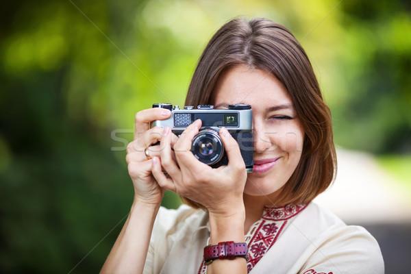 Fiatal nő elvesz kép retro kamera kint Stock fotó © photobac