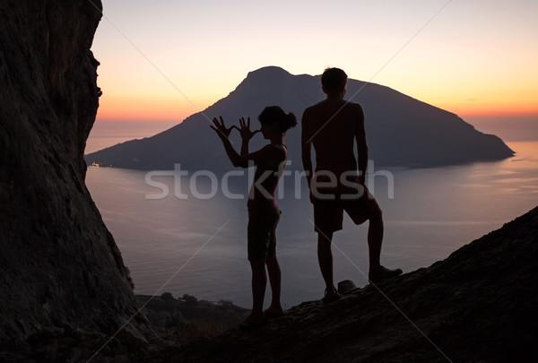Silhouetten twee mensen zonsondergang twee jongeren Stockfoto © photobac