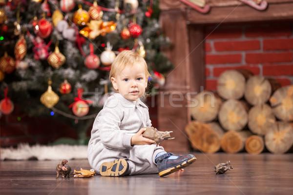 Weinig jongen spelen speelgoed kerstboom vrolijk Stockfoto © photobac