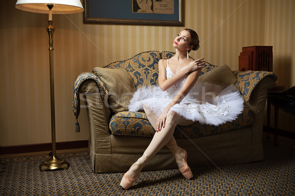 Professionali ballerino di danza classica seduta divano guardando verso il basso lusso Foto d'archivio © photobac