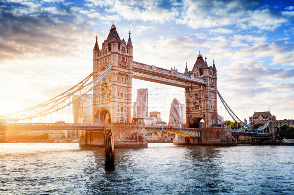 Tower Bridge Londen zonsondergang opening mooie wolken Stockfoto © photocreo