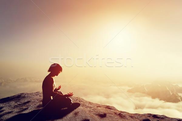 Asian man yoga positie hoog bergen Stockfoto © photocreo