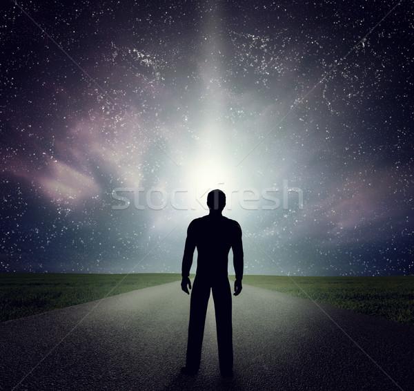 Hombre pie carretera mirando estrellas cielo Foto stock © photocreo