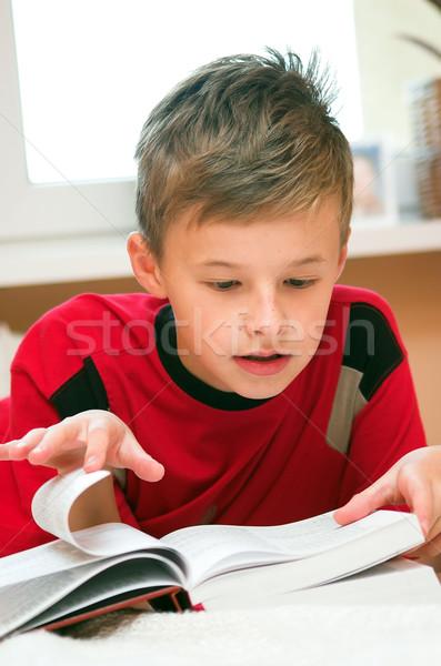 Okuma kitap yatak kâğıt yüz Stok fotoğraf © photocreo
