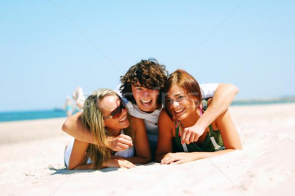 Fiatal barátok nyár tengerpart vonzó élvezi Stock fotó © photocreo