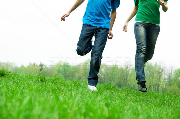 気楽な 友達 を実行して 一緒に 緑 草原 ストックフォト © photocreo