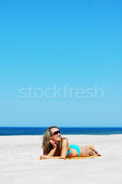Güzel bir kadın plaj rahatlatıcı yararlı bo su Stok fotoğraf © photocreo