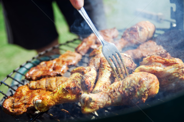 Barbecue cuisson barbecue alimentaire herbe homme Photo stock © photocreo