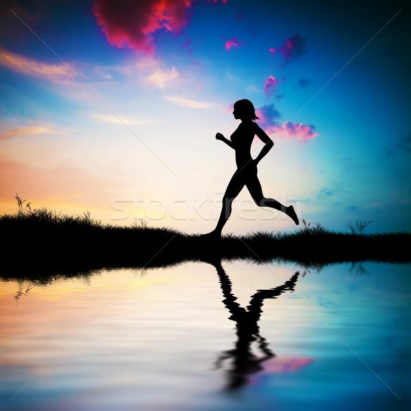 Sziluett nő fut naplemente fitt víz Stock fotó © photocreo