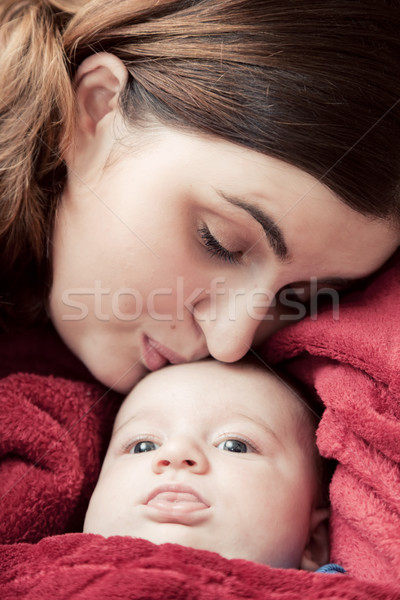 Moeder jonge baby knuffelen zoenen voorhoofd Stockfoto © photocreo