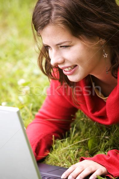 öğrenci kız çalışma dizüstü bilgisayar açık Stok fotoğraf © photocreo