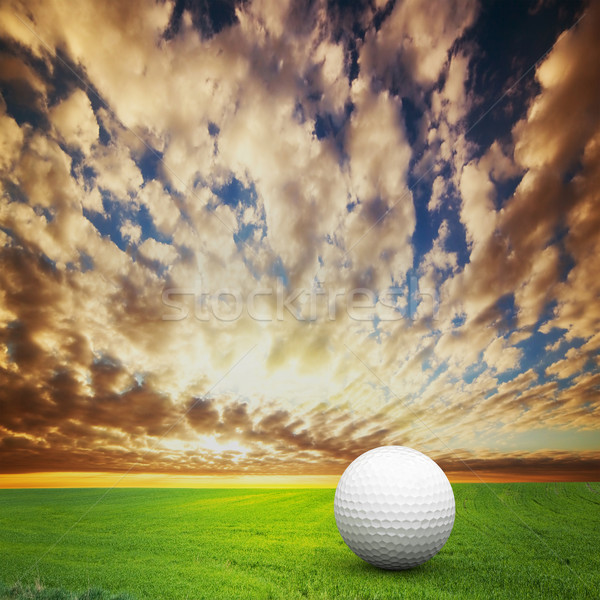 Foto stock: Jugando · pelota · de · golf · golf · campo · puesta · de · sol · verde