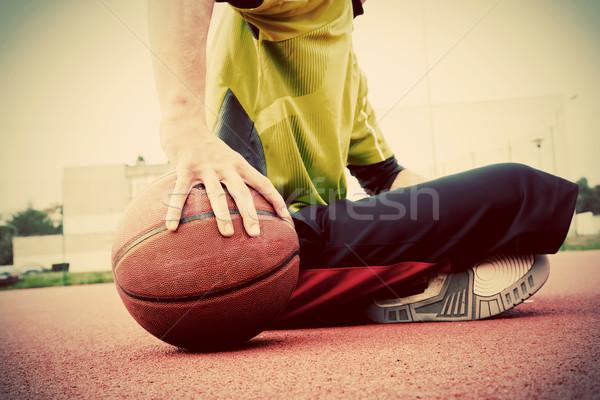 Junger Mann Basketballplatz Sitzung Ball Ausbildung Aktivität Stock foto © photocreo