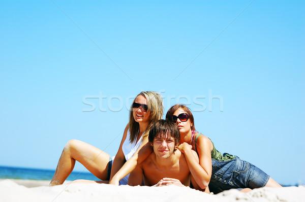 Genç arkadaşlar yaz plaj çekici Stok fotoğraf © photocreo