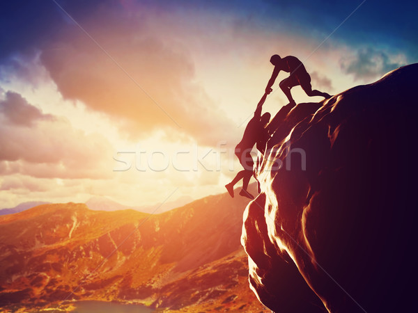 Foto stock: Excursionistas · escalada · rock · mano · ayudar · montana