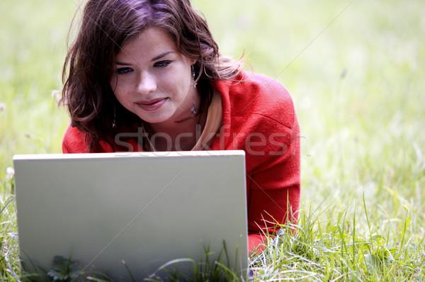 étudiant fille travail portable extérieur Photo stock © photocreo