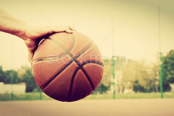 Fiatalember kosárlabdapálya ül labda képzés sport Stock fotó © photocreo