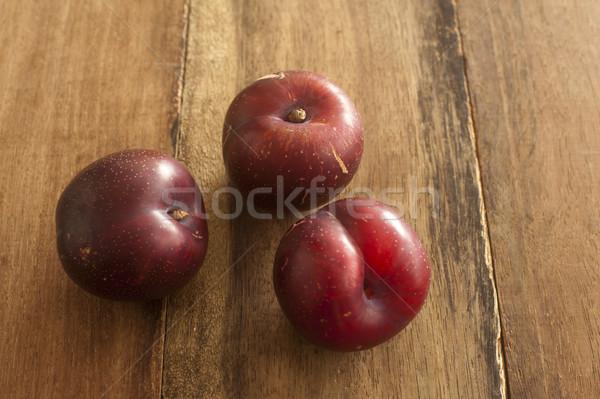 Drie rijp Rood home gegroeid pruimen Stockfoto © photohome