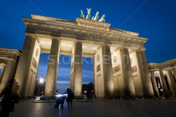 Brandenburgi kapu megvilágított éjszaka alulról fotózva kilátás történelmi Stock fotó © photohome