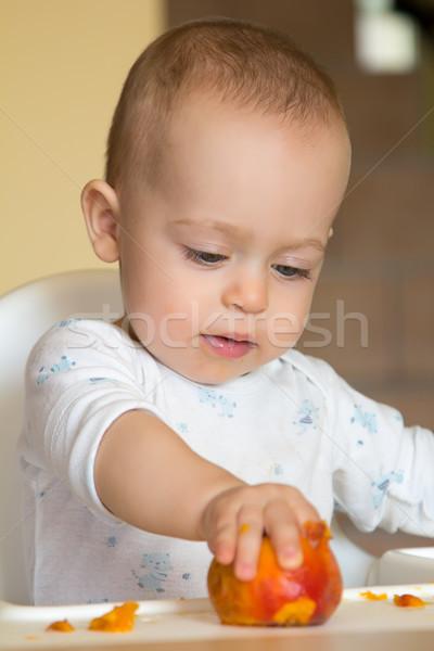 Ciekawy baby chłopca Brzoskwinia żywności Zdjęcia stock © Photoline