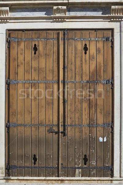 Antique rouge bois porte européenne métallique Photo stock © Photooiasson