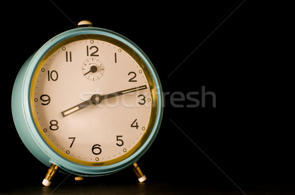 Oude wekker tonen twaalf verleden acht Stockfoto © Photooiasson