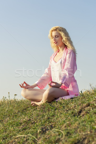 Meditál nő gyönyörű szőke nő fiatal nő visel Stock fotó © photosebia