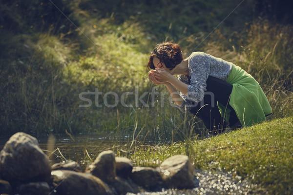 Mulher potável enseada água doce sedento mulher jovem Foto stock © photosebia