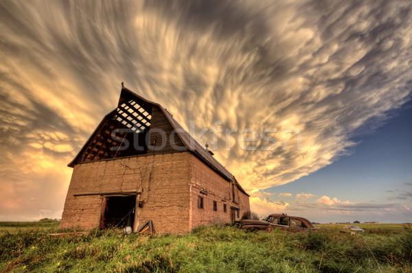 Onweerswolken saskatchewan antieke auto schuur hemel Stockfoto © pictureguy