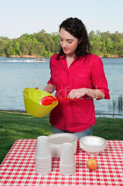 Vrouw picknick mooie vrouw organiseren picknicktafel Stockfoto © piedmontphoto