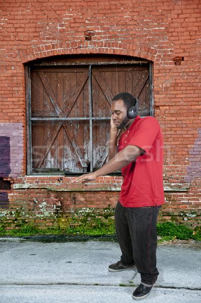Człowiek słuchania słuchawki przystojny mężczyzna zestaw taniec Zdjęcia stock © piedmontphoto
