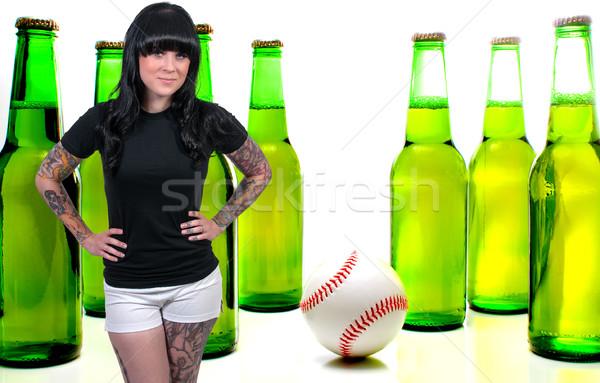 Mooie getatoeëerd vrouw jonge vrouw bier baseball Stockfoto © piedmontphoto