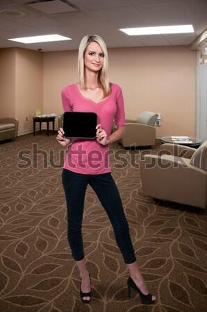 Gyönyörű nő gyönyörű fiatal nő néz messze messze Stock fotó © piedmontphoto