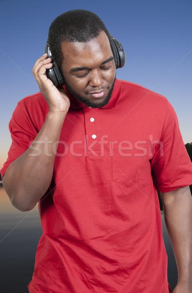 Foto stock: Homem · escuta · fones · de · ouvido · homem · bonito · conjunto · tecnologia